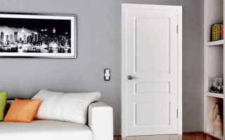 Плинтус подбирается под цвет пола или дверей